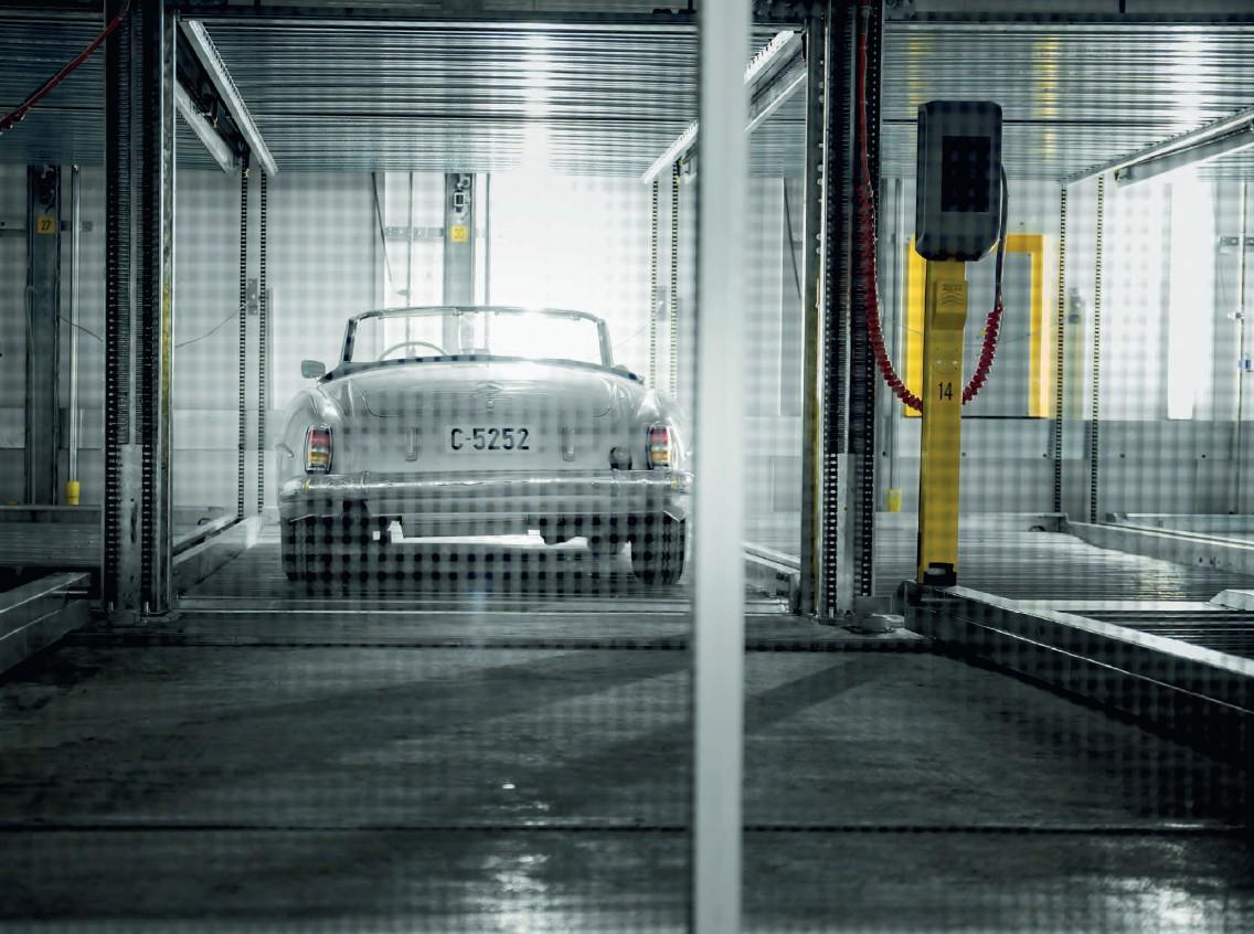 עמדת הטענה לרכב חשמלי במתקן חניה חצי אוטומטי של חברת Wöhr